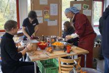 Gemeinsam Kochen und Essen beim Dokumentarfilmfestival in Hannover.