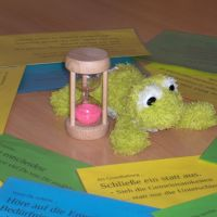 Foto: Zuhörkreis-Hilfen - Redefrosch, Sprechzeit-Sanduhr, Miteinander-Empfehlungen