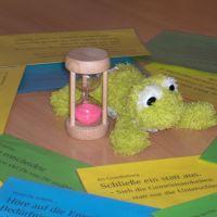 Foto: Zuhörkreis-Hilfen - Redefrosch, Redezeit-Sanduhr, Miteinander-Empfehlungen